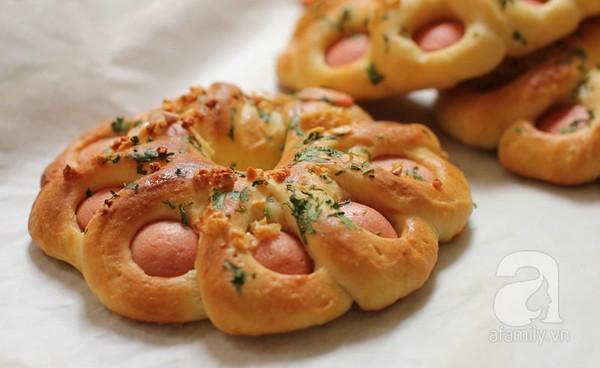 Vào bếp làm bánh mì xúc xích bơ tỏi thơm lừng đãi cả nhà