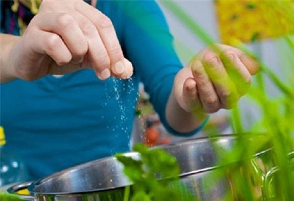 Cho muối vào nước rau luộc sẽ giữ được vitamin trong rau