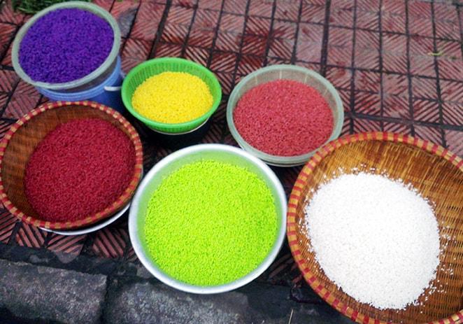 Gạo nếp được nhuộm màu bằng lá, củ, quả rừng trước khi đồ xôi