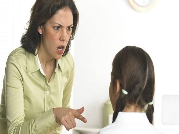 5 hành động vô tình làm tổn thương bé mà cha mẹ ít ngờ tới 1