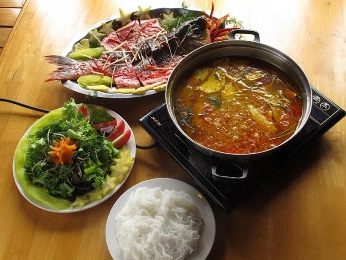 Sơn Khê nổi tiếng với món lẩu thơm ngon, đậm chất Tây Bắc