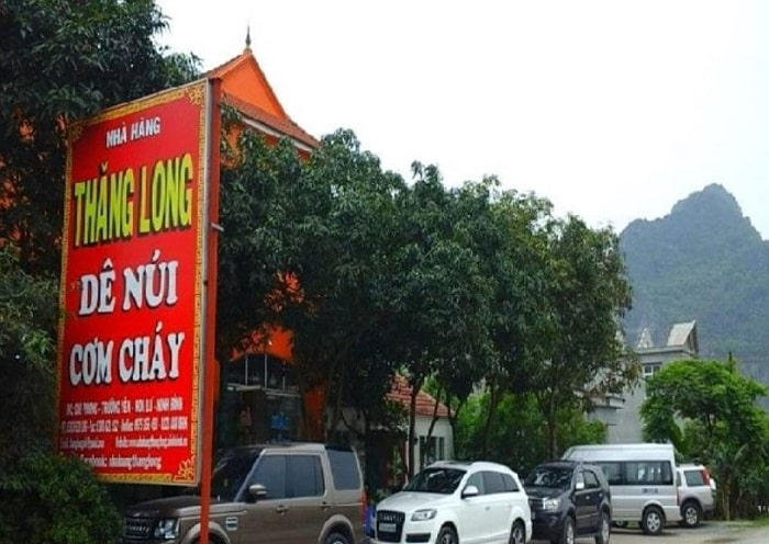 Khuôn viên rộng rãi trước nhà hàng Thăng Long