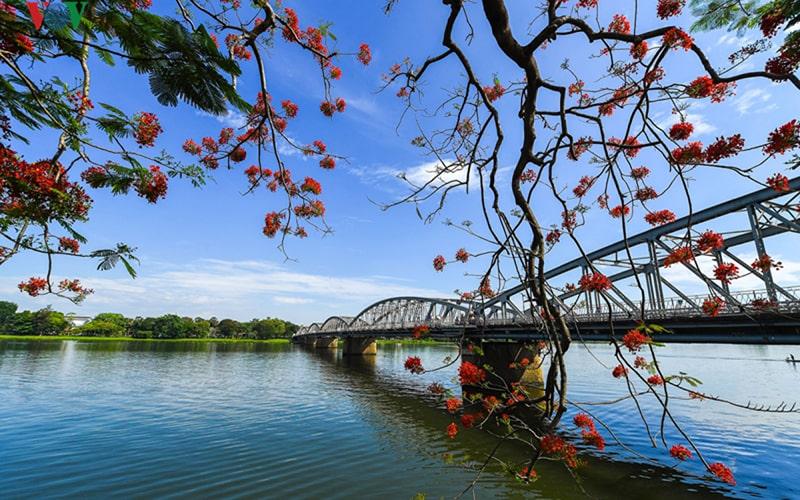 Cầu Tràng Tiền bắc qua Sông Hương đầy thơ mộng