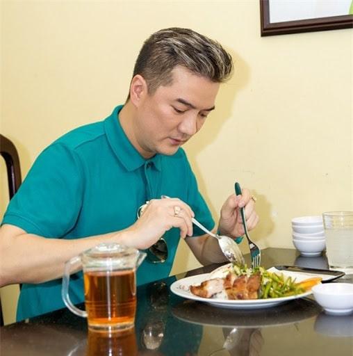 Đàm Vĩnh Hưng đang thưởng thức món cơm tấm