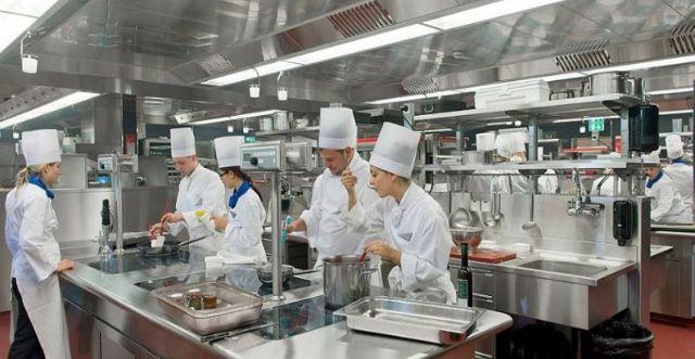 Bếp công nghiệp tại nhà hàng lớn