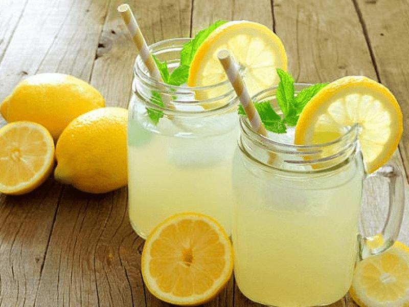 Chanh hoạt động như chất tẩy tự nhiên vì nó có chứa vitamin C và axit có trong chanh